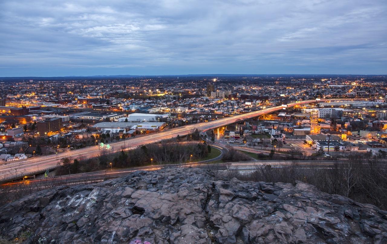 картинка-символ-мая-2018-огни-предрассветного-города